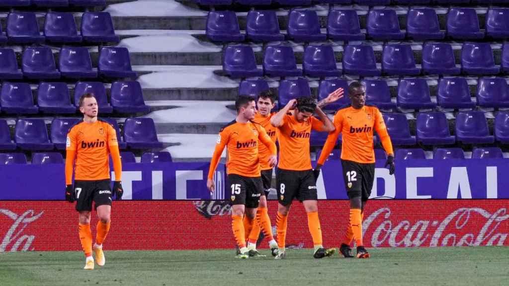 Los jugadores del Valencia celebran el gol de Soler ante el Valladolid