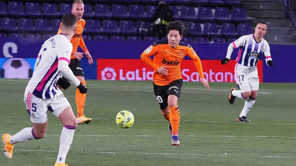 Kang-In Lee conduce el balón