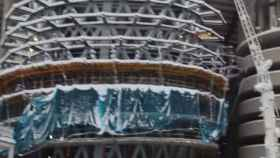La nevada de Filomena llega a las obras del Santiago Bernabéu: gente esquiando y grúas cubiertas