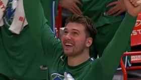 Luka Doncic celebra una canasta