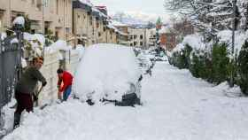 Dos personas despejan el camino con palas tras la nevada fruto del temporal Filomena, en Pozuelo de Alarcón (España).