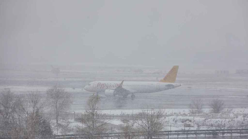 Un avión de la compañía Flypgs en el Aeropuerto de Madrid-Barajas Adolfo Suárez, en Madrid (España).