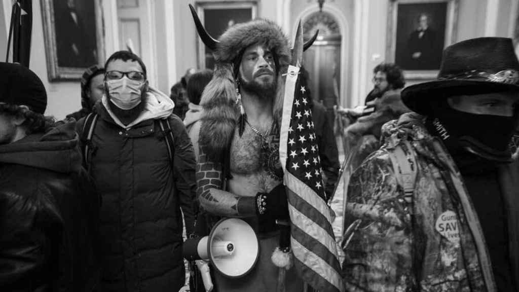 Seguidores de Donald Trump mientras irrumpen en el Capitolio de los Estados Unidos durante unas protestas, en Washington (Estados Unidos).