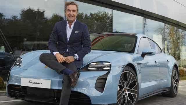Tomás Villén (CEO de Porsche Ibérica) sentado sobre el Taycan, el primer eléctrico de la marca.