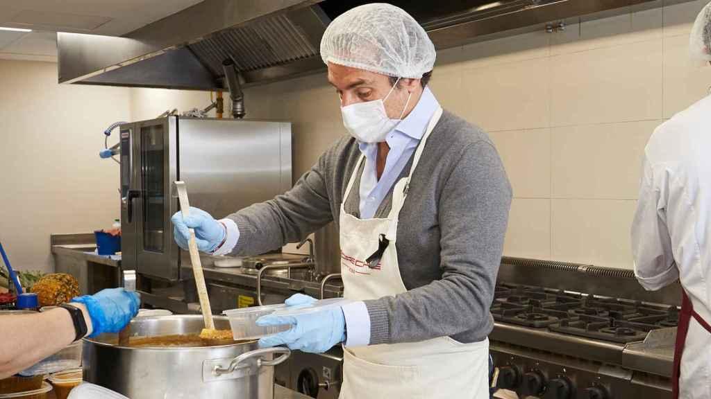Durante la pandemia Tomás Villén ayudó con la elaboración de comidas por parte de Porsche para los más necesitados.