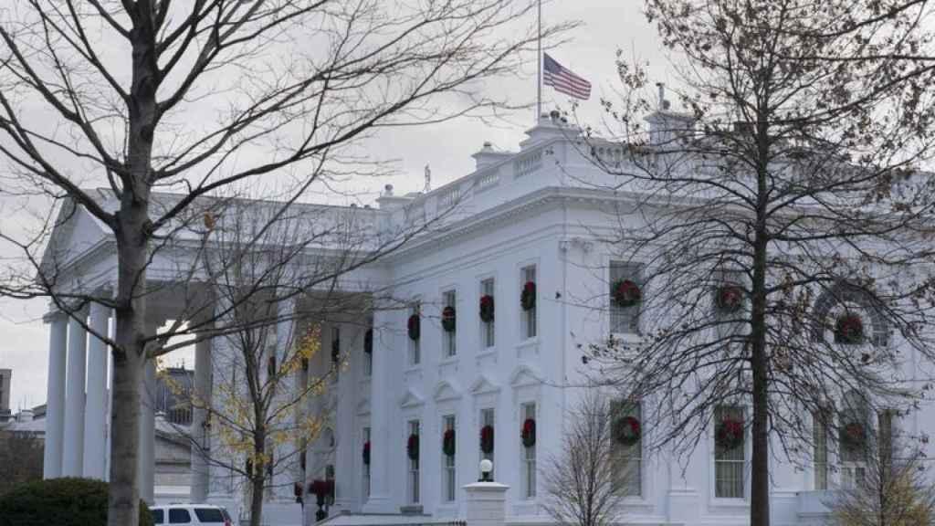 La bandera de EEUU ondea a media asta en la Casa Blanca.