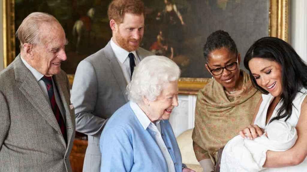 Los Duques de Sussex mostrando el pequeño Archie a Isabel II y Felipe de Edimburgo.