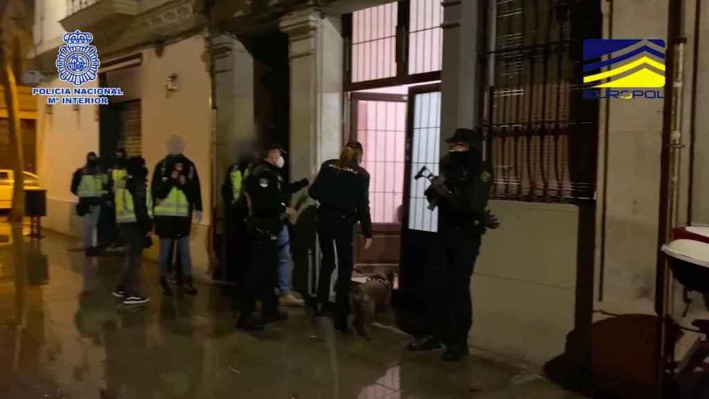 Los agentes de la Comisaría General de Información, antes de practicar la detención.