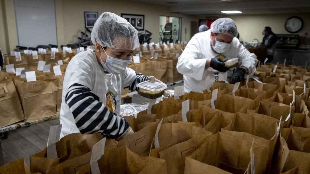 Preparación de la comida en la ONG del chef José Andrés.