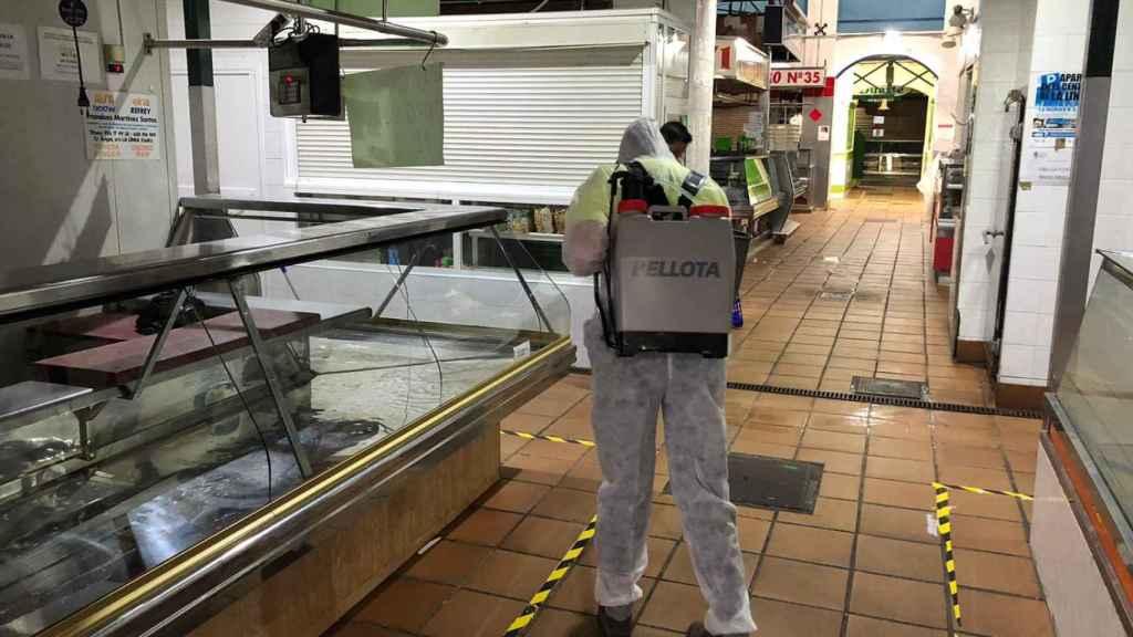 Un operario desinfecta el mercado de la Concepción de la Línea.