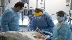 Uno de los pacientes críticos ingresado en la UCI del Hospital Puerta de Hierro.