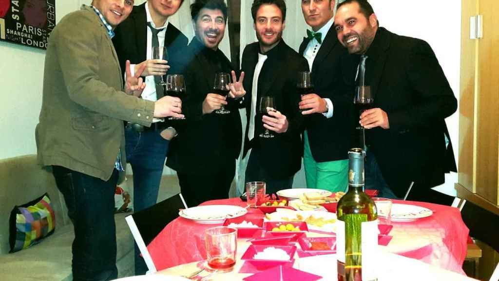 (izq) Álex Casademunt, (centro izq) Jairo Alonso y (centro der) Alessandro Livi, entre amigos, celebrando la Nochevieja de 2014.
