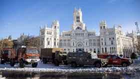 Efectivos de la Unidad Militar de Emergencias UME, despejaban este domingo de nieve el entorno de la Plaza de Cibeles en Madrid.