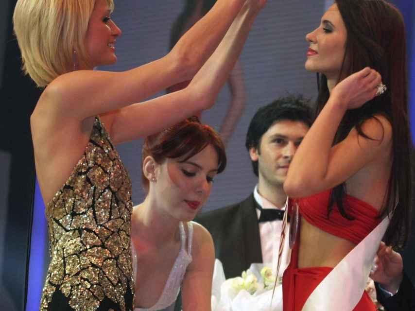 Paris Hilton entregando a Leyla Lydia Tuğutlu la corona de Miss Turquía 2008.