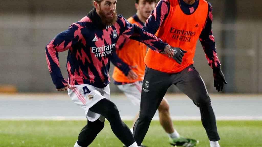Sergio Ramos y Varane, durante el entrenamiento de preparación de la Supercopa de España