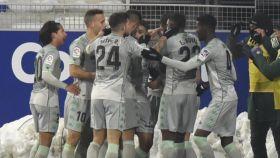 Piña de los jugadores del Betis para celebrar un gol ante el Huesca en la jornada 18 de La Liga