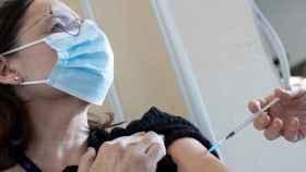 Una enfermera del Hospital Sant Pau de Barcelona inyecta la vacuna de Covid-19 a una compañera.