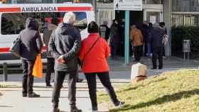 Varias personas esperan a ser atendidas en el Hospital Duran i Reynals. EFE/Alejandro García