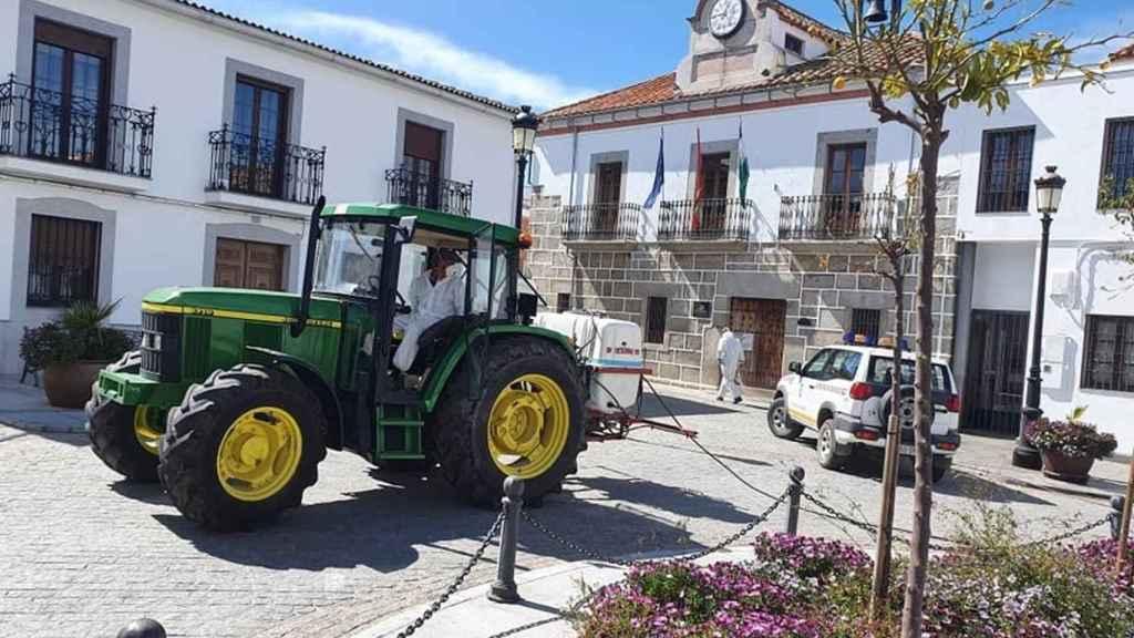 Un tractor desinfecta una calle de la localidad de Añora.