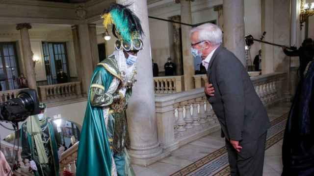 El Rey Baltasar saluda a Joan Ribó a su llegada al Ayuntamiento de Valencia. EE