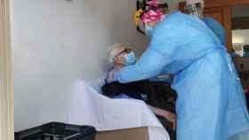 Un anciano recibiendo en Los Alcázares la primera dosis de la vacuna contra el Covid.