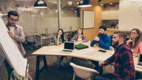 Jóvenes emprendedores en una reunión.