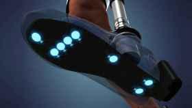Siete sensores a lo largo del pie generan información sobre el tacto y el movimiento de la prótesis.