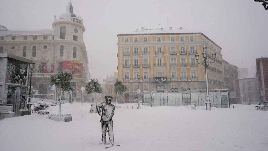 La Plaza de Jacinto Benavente nevada en Madrid.