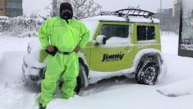 Fernando Bello junto al vehículo 4x4 que ha utilizado para realizar algunos de los 150 rescates.