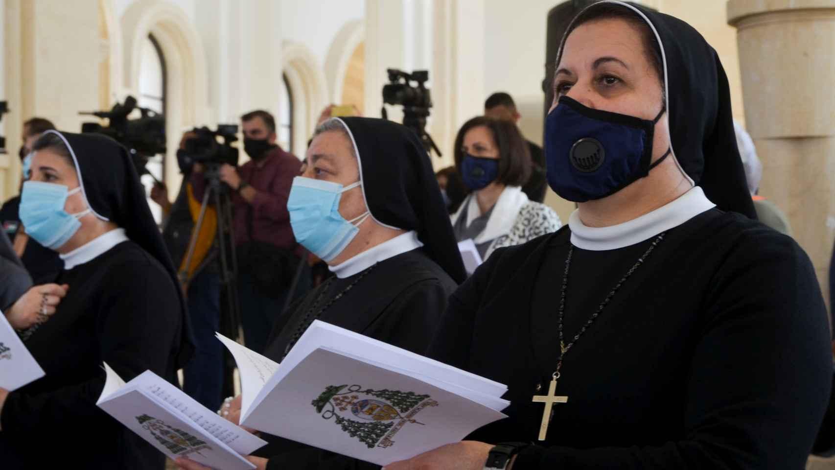 Monjas se protegen con una mascarilla en una iglesia de Jordan Valley, Jordania.