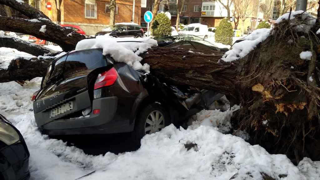 Así quedó un coche en el barrio de Delicias (Madrid).
