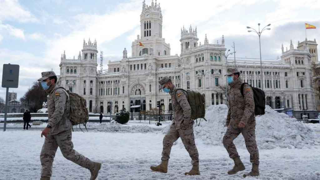 Militares en las puertas del Palacio de Cibeles, sede del Ayuntamiento de Madrid.