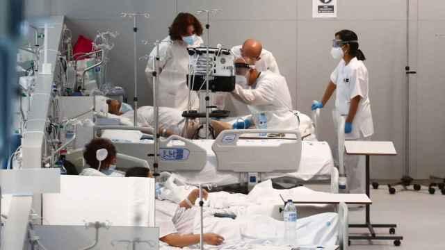 Médicos atienden a un paciente de coronavirus en el hospital Isabel Zendal.