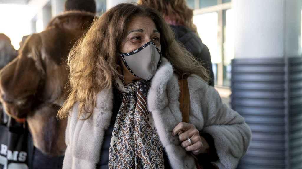 Lolita hablando con los medios a su llegada a Madrid.
