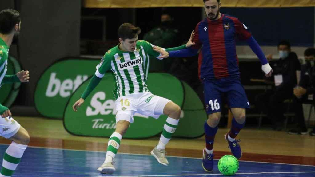 Álvaro Díez durante el Betis - Levante
