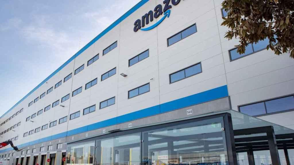Fachada del centro logístico de Amazon en Dos Hermanas.