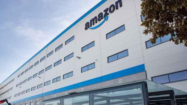Imagen de archivo de una fachada de un centro logístico de Amazon.