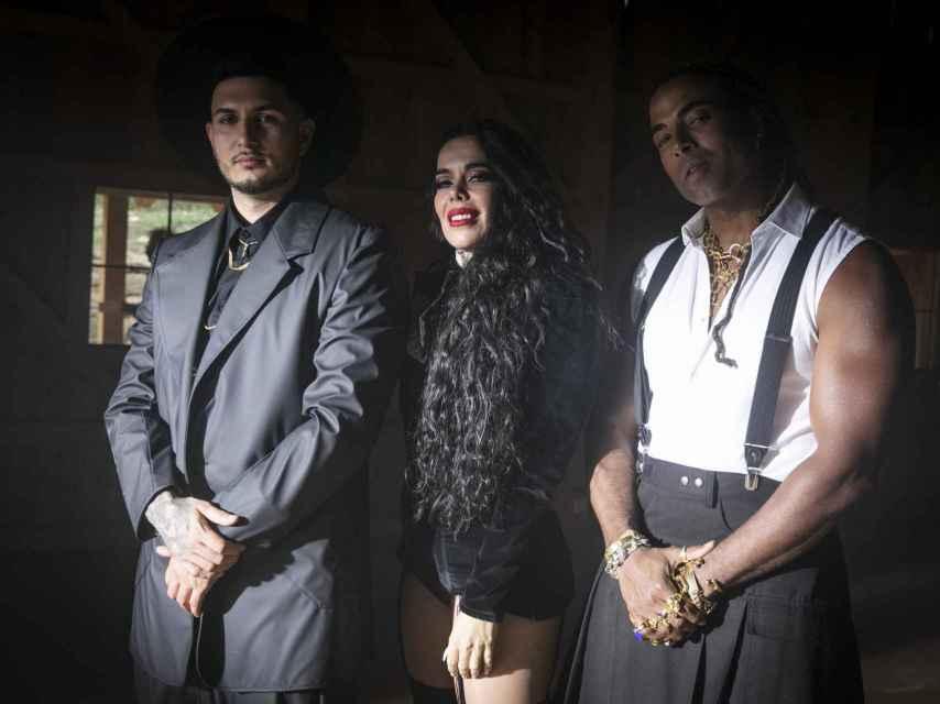 Omar Montes, Beatriz Luengo y Yotuel en el vídeo de 'Rebelde'.