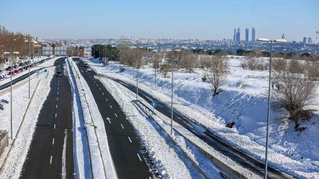 La carretera M-503 a la altura de Somosaguas y Pozuelo de Alarcón, Madrid (España), con restos aún de nieve.