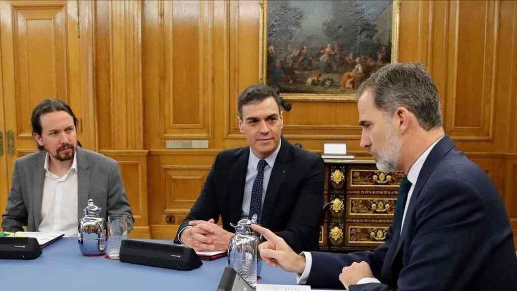 Felipe VI, Sánchez e Iglesias, durante un Consejo de Ministros en Zarzuela.