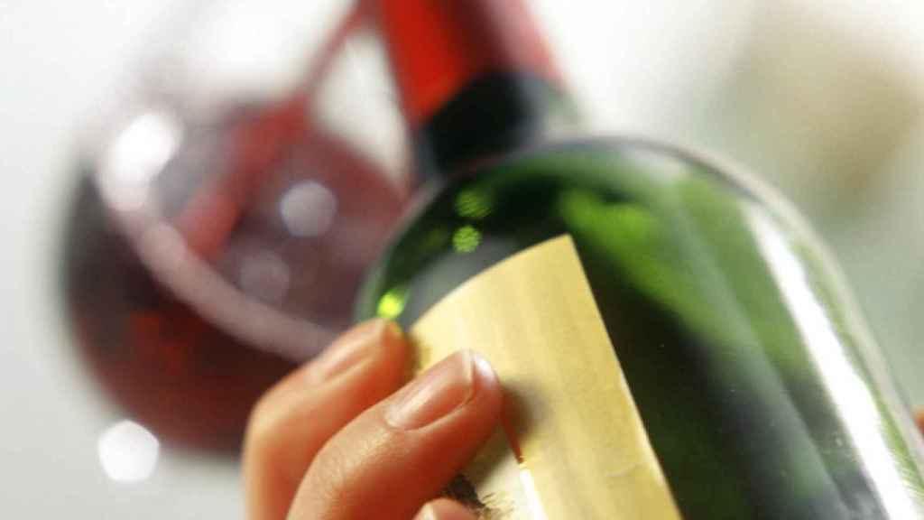 Una copa de vino tinto.