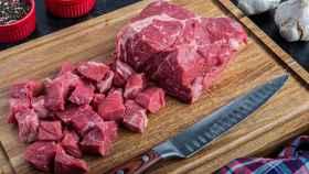 Una carne cortada en trozos.