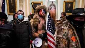 Los seguidores de Donald Trump asaltando el Capitolio, con Jake Angeli en el centro.