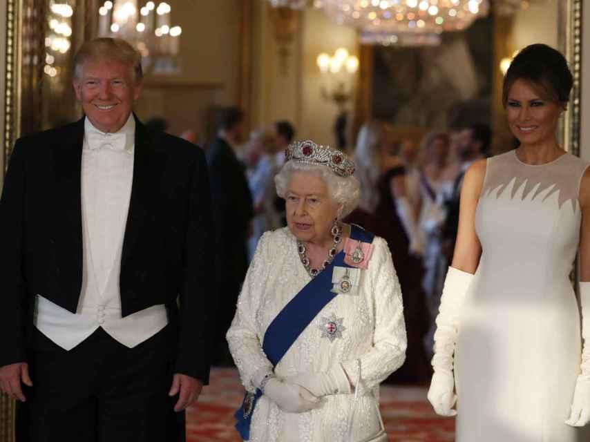 Donald y Melania Trump, junto a la reina Isabel, en su visita al Reino Unido.