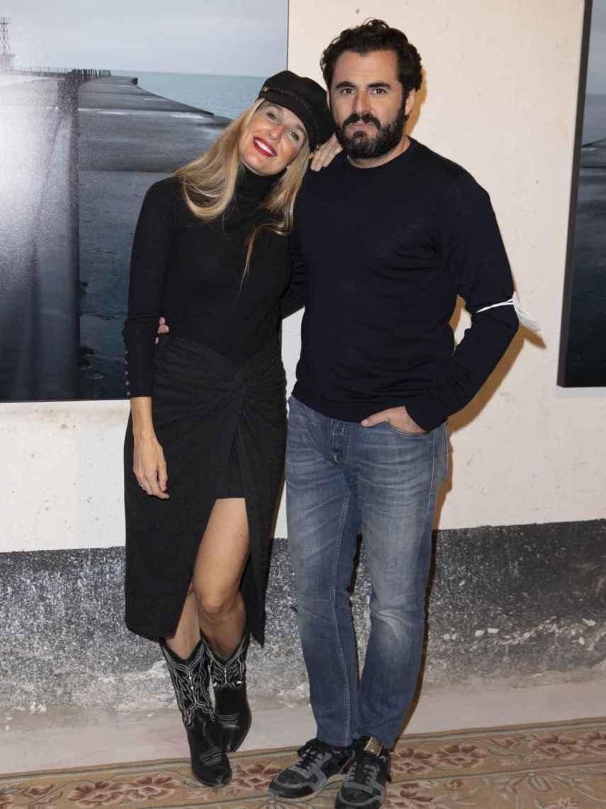 Carola Baleztena, junto a Emiliano Suárez, en la presentación de su última muestra fotográfica.