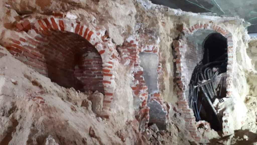 Imagen con restos arqueológicos del viaje de agua y de las galerías modernas presentes en las obras del parking.