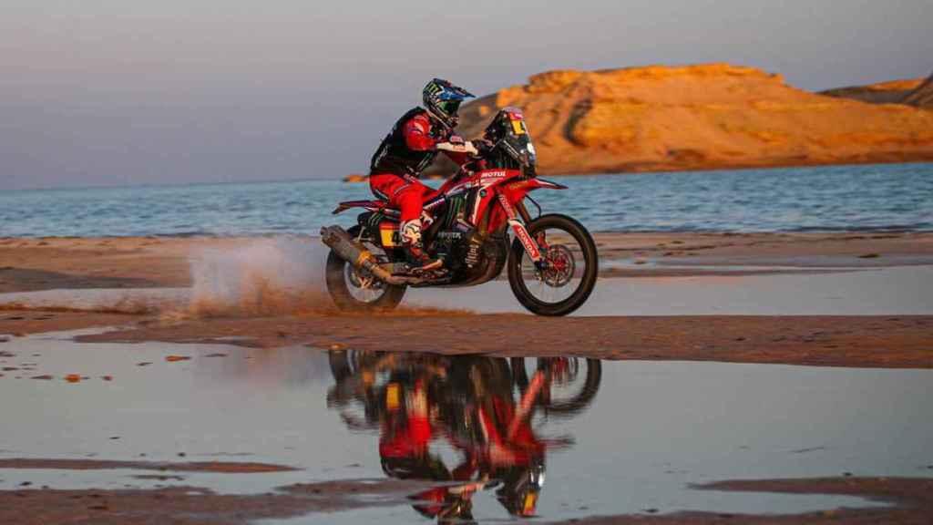 Cornejo rueda junto al Mar Rojo en el Rally Dakar 2021