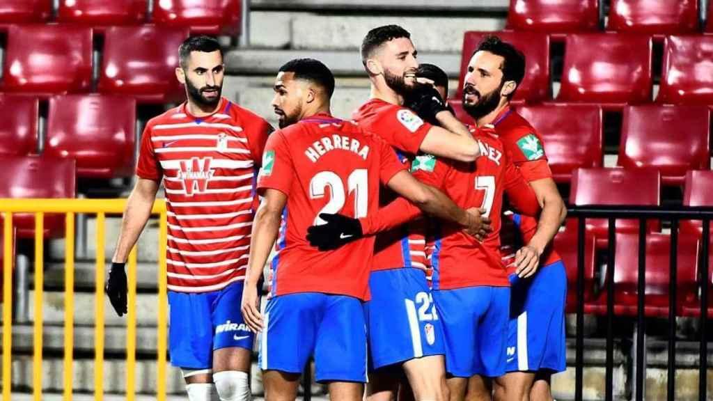 Piña de los jugadores del Granada para celebrar el gol ante Osasuna en La Liga