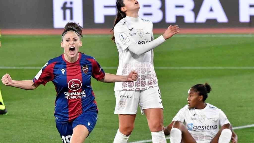 Esther celebra el gol del Levante Femenino ante el EDF Logroño en la semifinal de la Supercopa de España