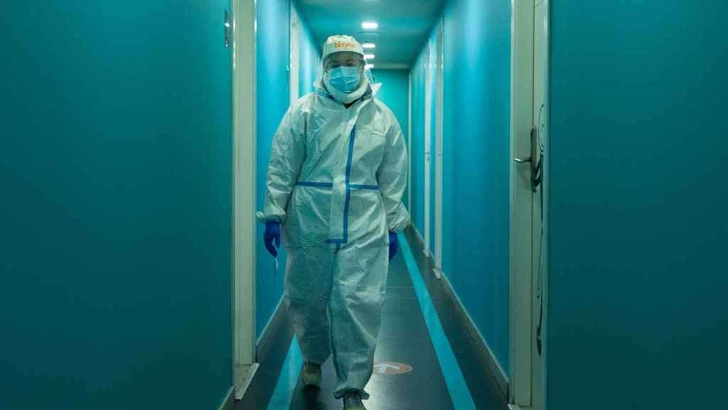 Un profesional sanitario en un centro especializado en pacientes con clara sintomatología Covid.